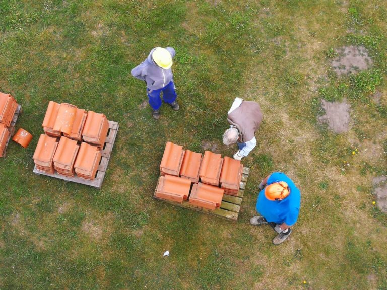 Die alten Ziegel werden für eine Wiederverwendung eingelagert.