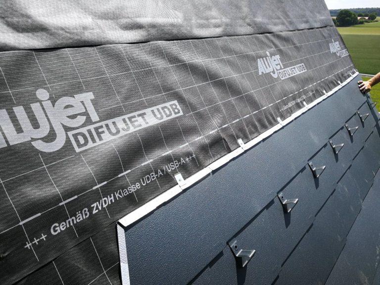 Die ersten Blechfalzplatten werden aufgebracht