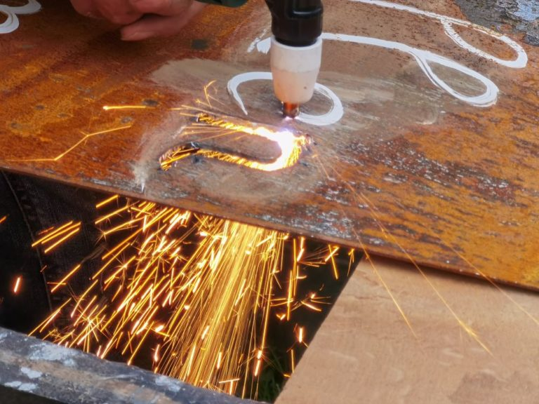 Die Buchstaben werden aus dem Metall ausgeschnitten