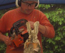 Der Carving Künstler bei der Arbeit